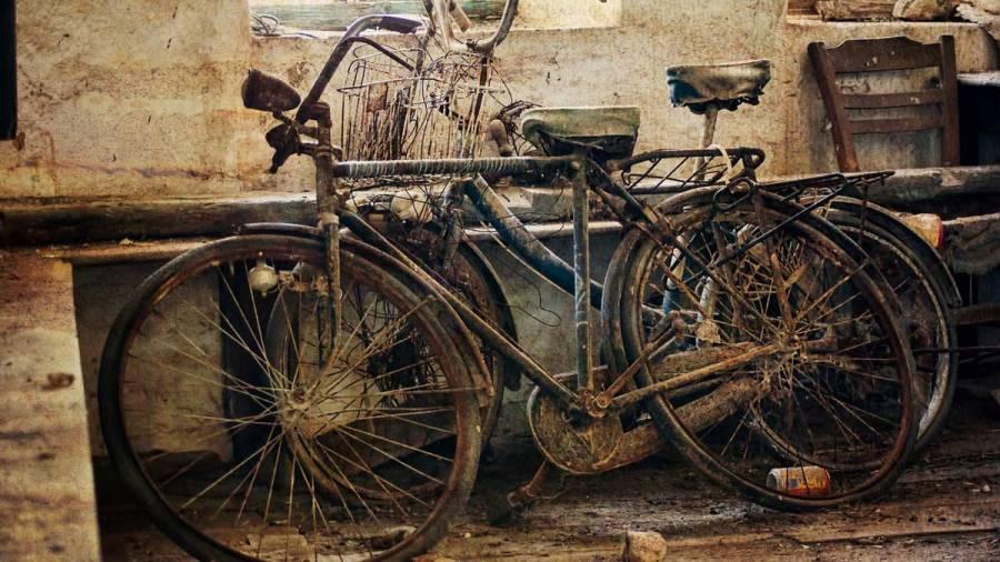 gamla cyklar i källare